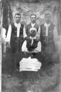 Родина Присташів з Літовищ. Фото 30-х рр. ХХ ст.